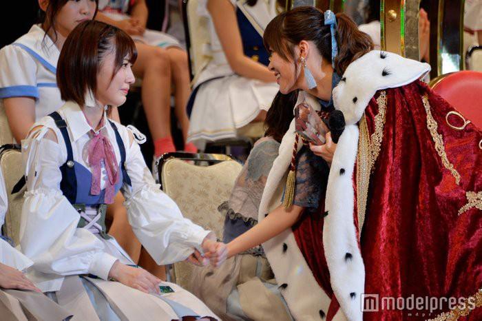 2017 年獲三連霸的指原莉乃奪冠後轉身關心第四名的宮脇咲良。來源:mdpr.jp