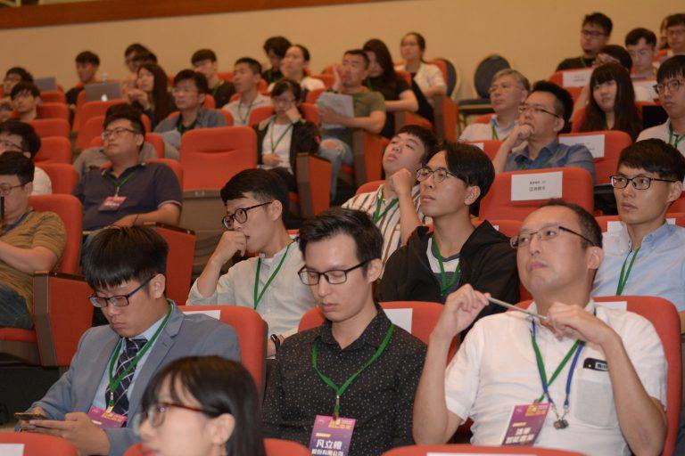 創業團隊專心聆聽國際業師之演講