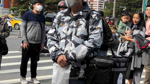 前總統也來兼職外送員?馬英九現身北一女驚呆所有人,總統參選人韓國瑜躺著也中槍