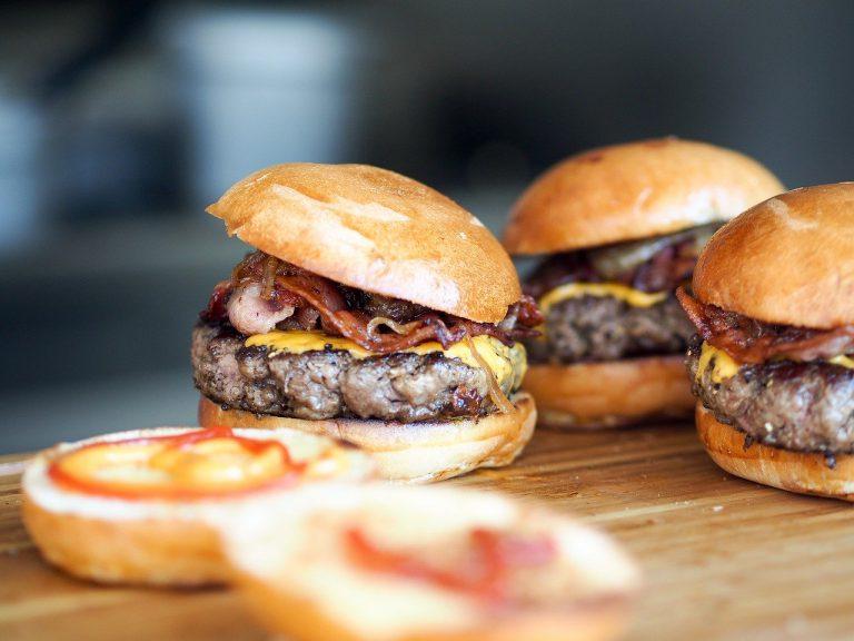 溫娣漢堡超過 95% 為加盟型態,並在 30 多個國家經營 6,600 多家餐廳,員工更高達 250,000 人。(圖片來源:pixabay)