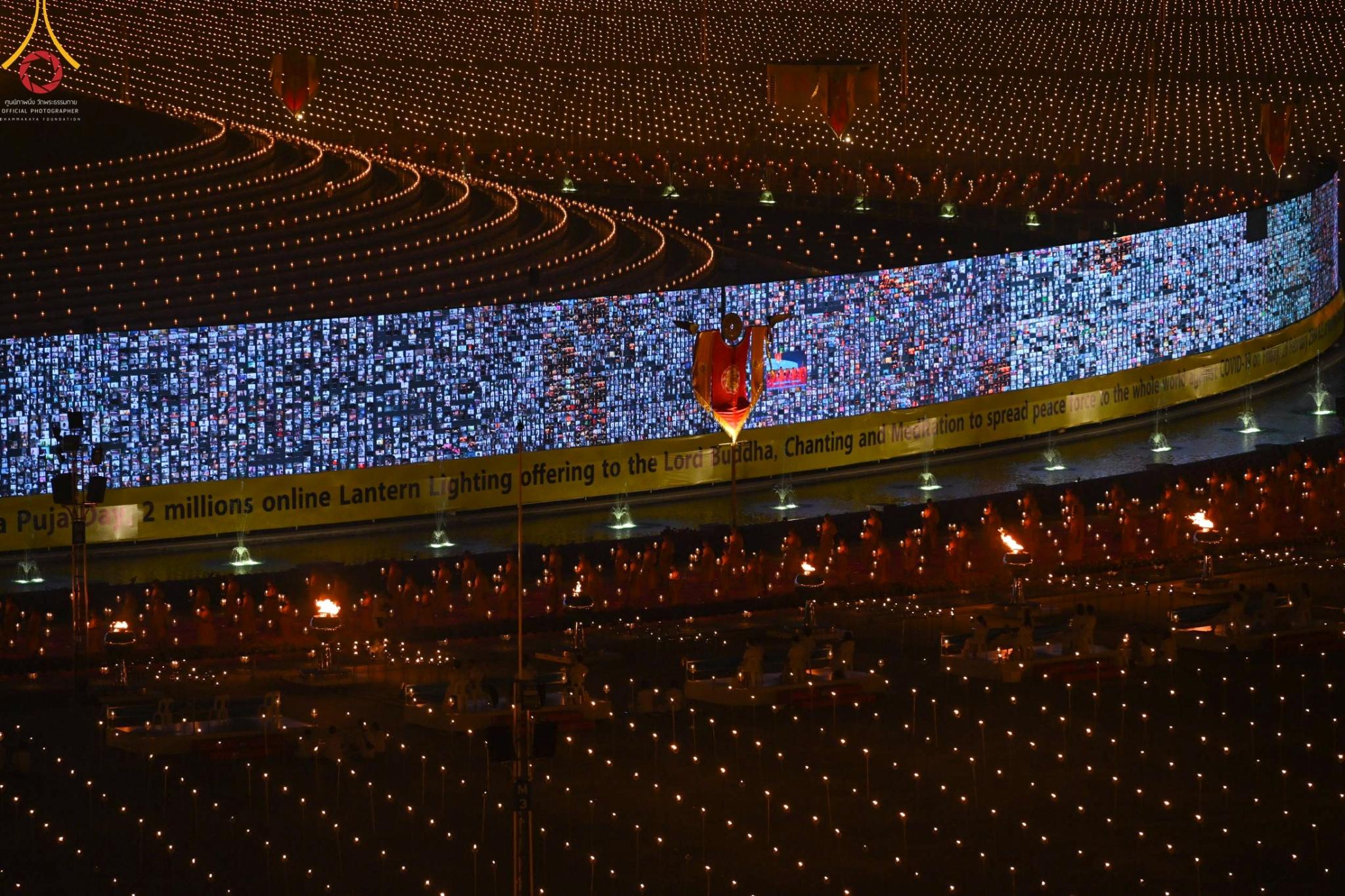 泰國萬佛節也數位轉型!二十萬人透過 280 公尺大螢幕用 Zoom 共襄盛舉